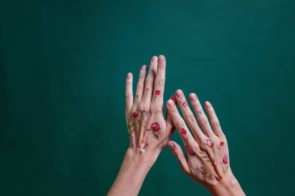 Biodegradable confetti - flower hand tattoos